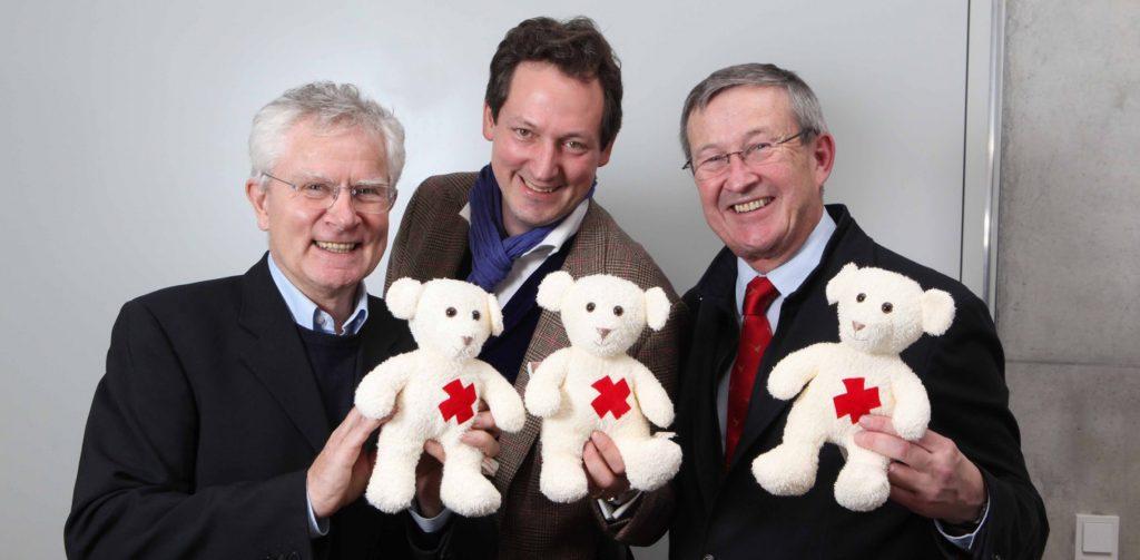 Der Vorstand des Stiftungsrates: v.l. Prof.Dr.med. Manfred Gahr (Vorsitzender) und Stefan Heinemann (Stellvertreter) zusammen mit Eckart von Hirschhausen während einer Benefizveranstaltung